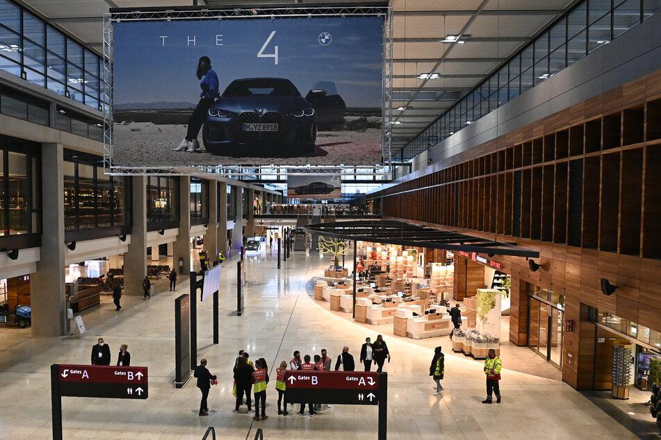 Am Samstag wurde der Flughafen mit neun Jahren Verspätung eröffnet.