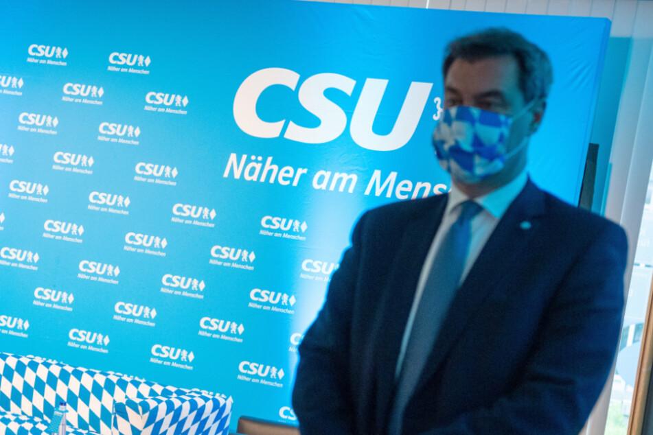 Markus Söder, CSU-Vorsitzender und Ministerpräsident von Bayern, steht vor einem Gespräch mit Parteikollegen beim virtuellen CSU-Parteitag in der CSU-Landesleitung. (Archiv)