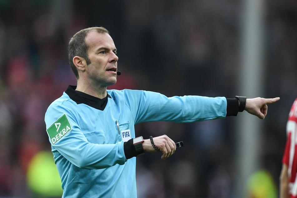 Schiedsrichter Marco Fritz gibt Anweisungen. Der Schiedsrichter erklärte kürzlich, er würde Verstöße der Hygiene-Regeln auf dem Platz nicht mit einer Gelben Karte bestrafen.