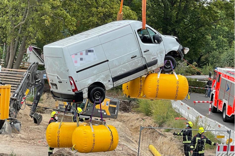 Mithilfe eines Krans konnte ein Kleintransporter aus dem Kanal gezogen werden.