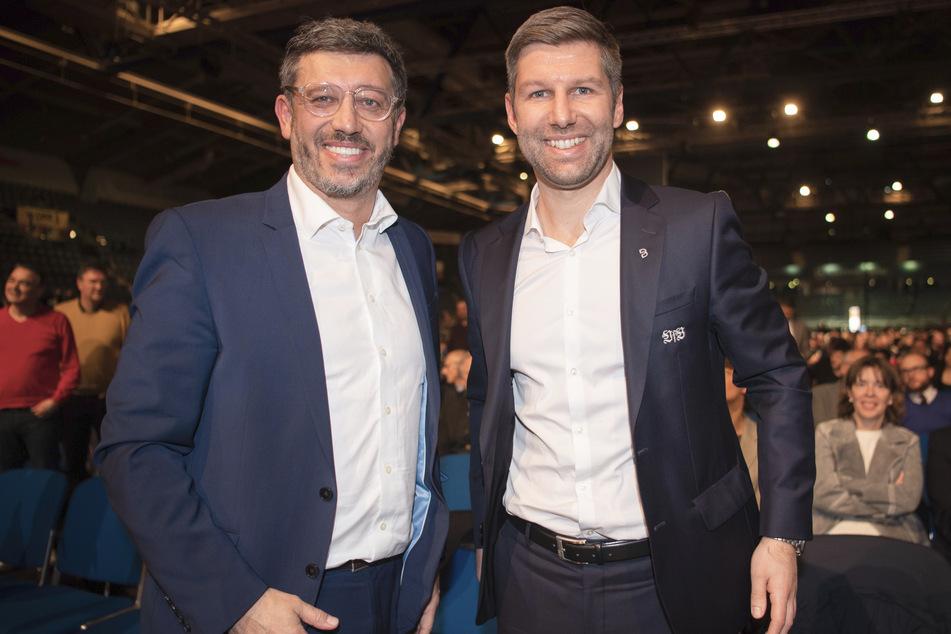 Claus Vogt und Thomas Hitzlsperger stehen vor dem Machtkampf lächelnd nebeneinander.