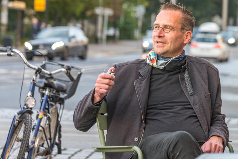 Bei Wind und Wetter, bei Regen und Schnee: Martin Schulte-Wissermann (49, Piraten) zählt an der Königsbrücker Straße Autos.
