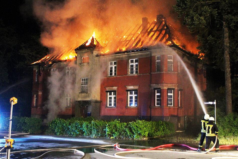 Der Dachstuhl des Wohnhauses stand in der Nacht komplett in Flammen.
