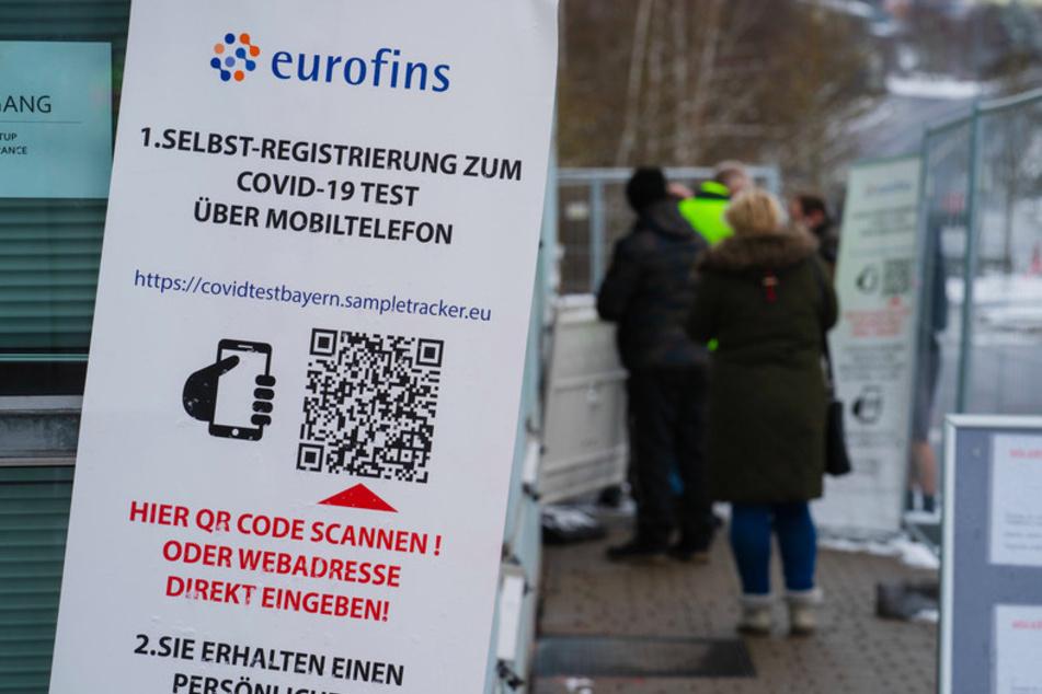 Zahlreiche Menschen stehen an einer Teststation im bayerisch-tschechischen Grenzgebiet für einen Corona-Test an. Wegen der strengeren Einreiseregeln für Menschen aus Tschechien nach Deutschland hat es an manchen Grenzübergängen in Bayern teils lange Wartezeiten an den Teststationen gegeben.