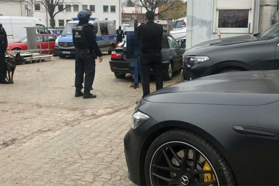 Polizisten während der Razzia auf einem großen Gewerbegebiet mit Autowerkstätten in Tempelhof.