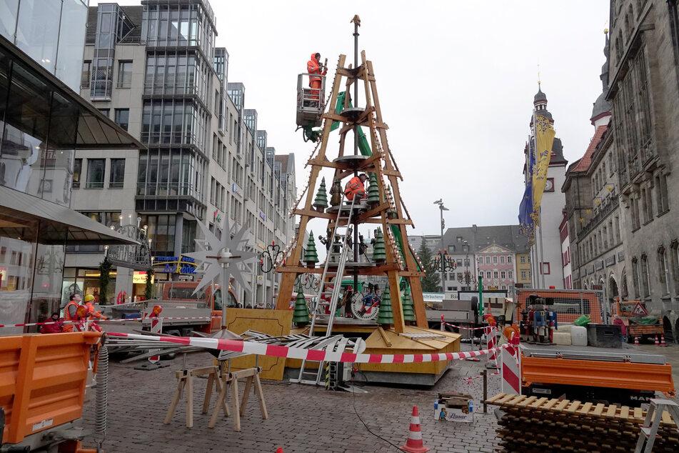 Die Bauhof-Mitarbeiter mussten beim Aufbau hoch hinaus: Die Weihnachtspyramide ist stolze zwölf Meter hoch!