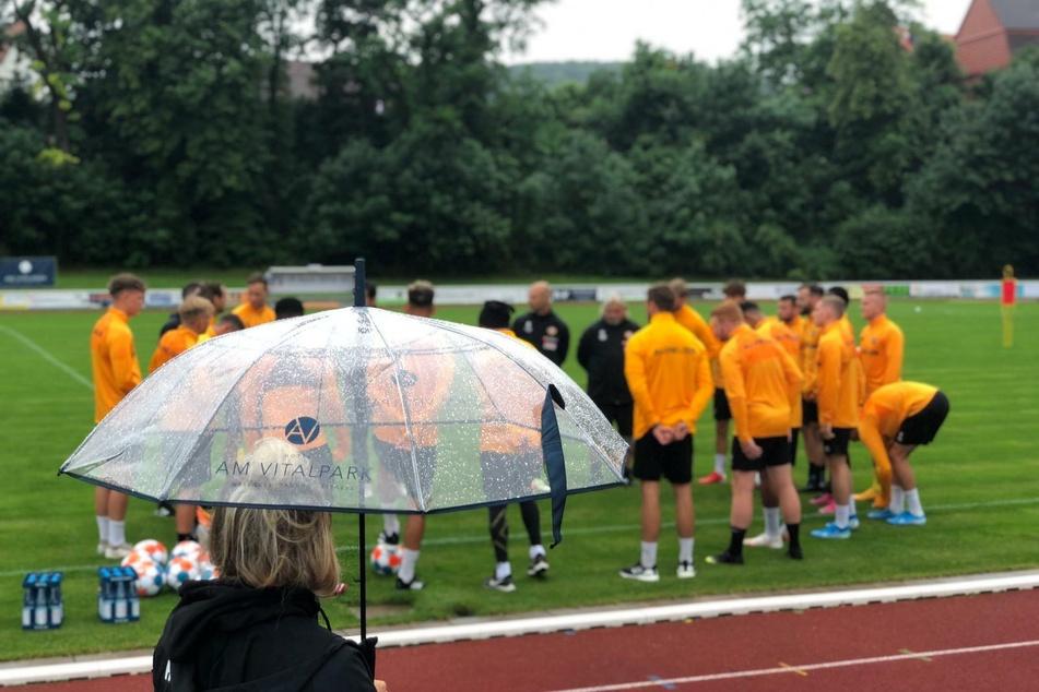 Im Regen und bei lediglich 13 Grad müssen die Profis ran.