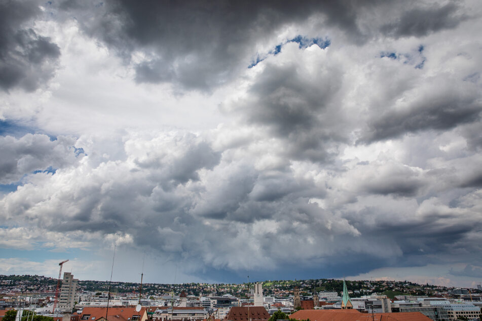Dunkle Wolken ziehen über Stuttgart auf. In Baden-Württemberg sind zum Wochenstart auch wieder schwere Gewitter und orkanartige Böen möglich.