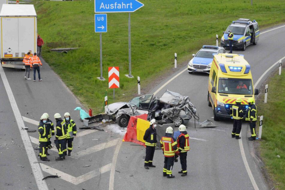 Das völlig demolierte Fahrzeug des Verstorbenen.