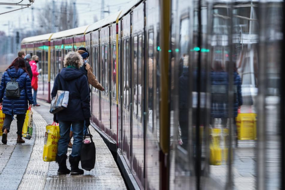 Menschen steigen in eine S-Bahn ein.