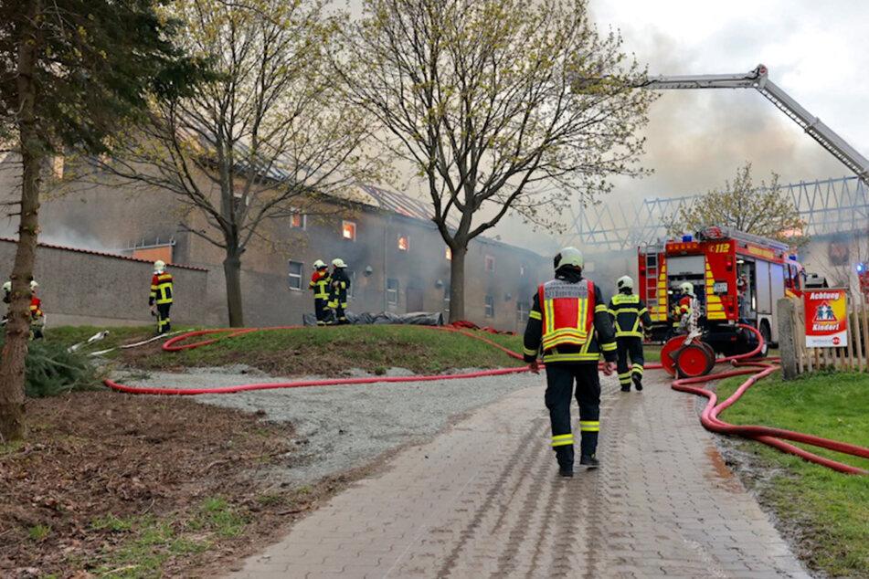 Zahlreiche Feuerwehrleute versuchen den Brand zu löschen.