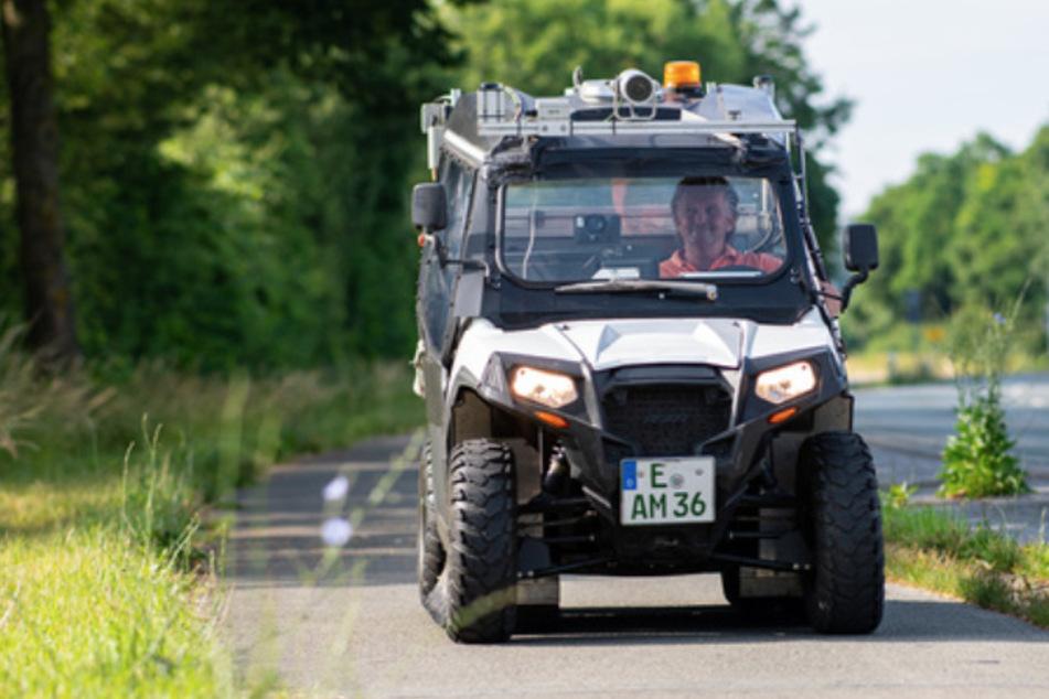 Der Spezial-Buggy, der mit Kameras und Laserlampen ausgestattet ist, fährt über einen Radweg.