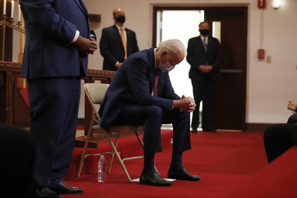 Joe Biden, designierter Präsidentschaftskandidat der Demokraten und ehemaliger Vizepräsident der USA, senkt bei einem Besuch der Bethel AME Kirche, einer afrikanisch methodistischen episkopalen Kirche, den Kopf.
