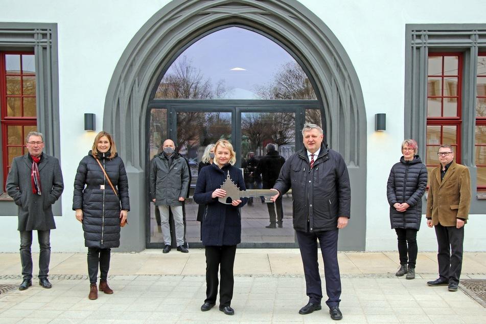 Baubürgermeisterin Kathrin Köhler (42, CDU) und Generalintendant Roland May (64) halten den lang ersehnten Schlüssel in den Händen.