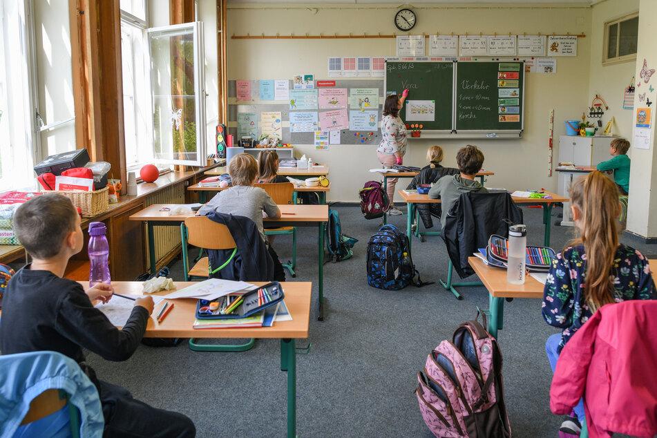 """Schulkinder sitzen in einem Klassenraum einer Grundschule in Brandenburg. Der Bundeselternrat fordert ein """"Szenario B"""", falls der Regelbetrieb, der ab kommenden Schuljahr wieder aufgenommen werden soll, nicht funktioniert. (Archivbild)"""
