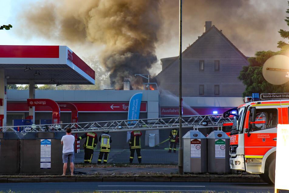 Tankstelle in Düsseldorf fängt Feuer: Waschstraße fackelt ab!