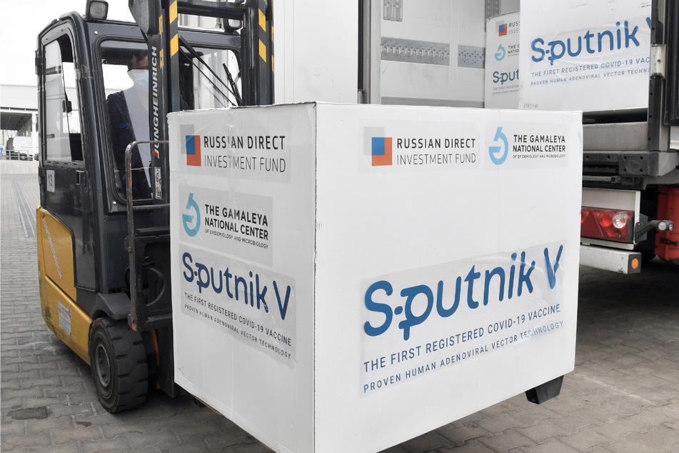 Kisten mit Dosen des russischen Corona-Impfstoffs Sputnik V werden in einem Lagerhaus des ungarischen Pharmagroßhändlers Hungaropharma mit einem Gabelstapler aus einem Lastwagen geladen.