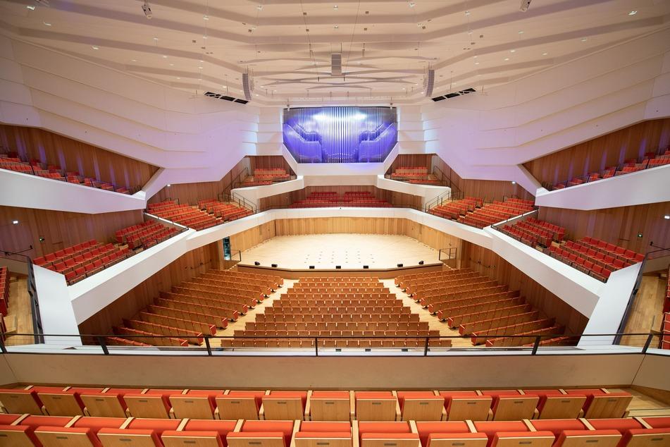 Leere Stuhlreihen im Konzertsaal des Kulturpalast.