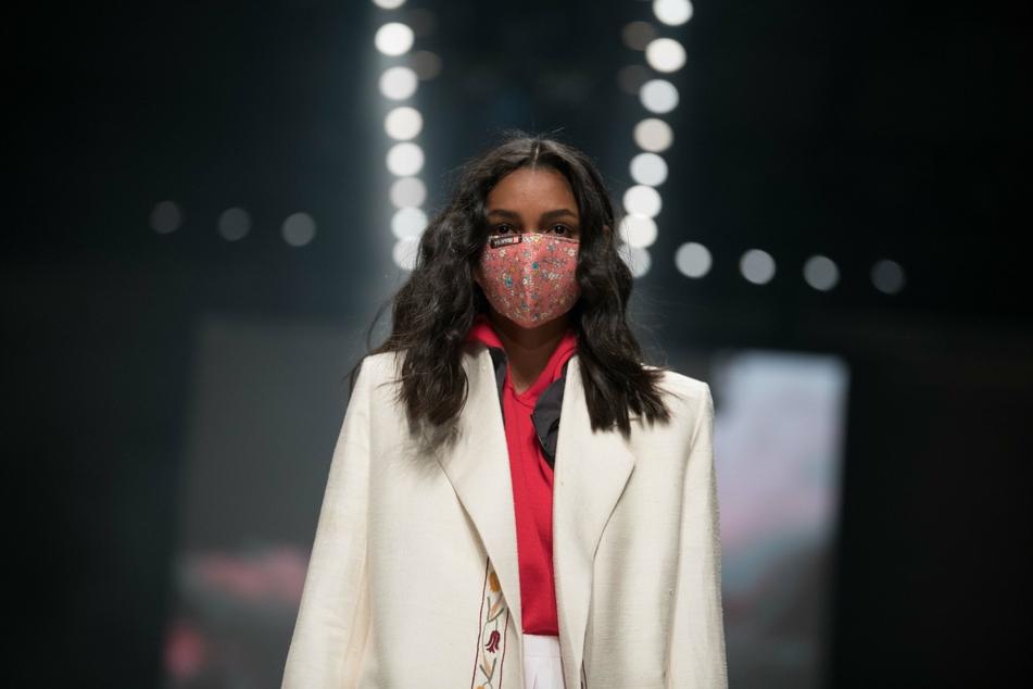Ein Model läuft bei der Show von Neonyt bei der Mercedes-Benz Fashion Week im Kraftwerk Berlin (Symbolfoto).