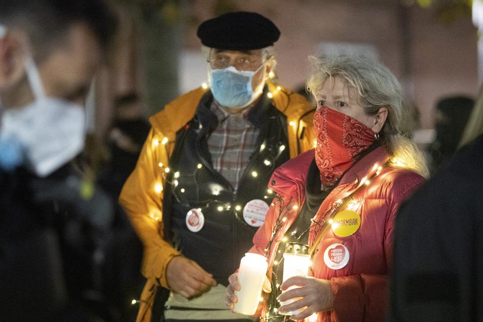 Rund 500 Demonstranten nahmen am Donnerstagabend an einem Protestzug gegen die Corona-Beschränkungen in Frankfurt teil.