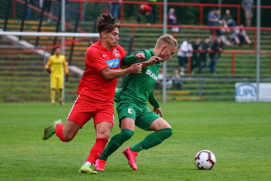 Vor allem Bilder wie dieses sollten die Partie zwischen Chemie Leipzig und dem SV Lichtenberg am Mittwoch prägen: Das Spiel bestand vor allem aus Zweikämpfen.
