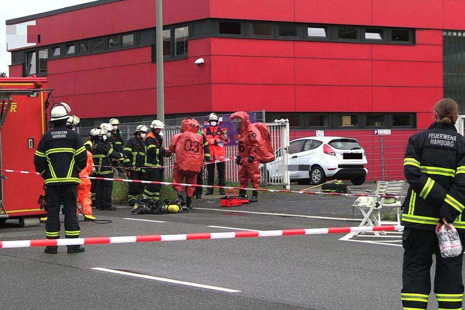Rettungskräfte am Einsatzort. Die Verletzten wurden nach Eintreffen der Feuerwehr behandelt und vorsorglich in ein Krankenhaus gebracht.