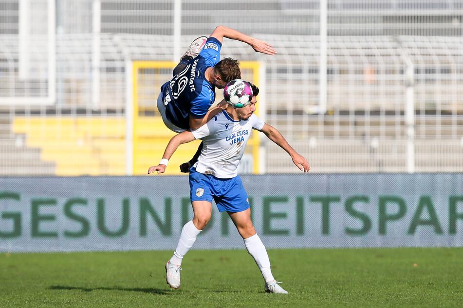 Toller Einsatz! Flugeinlage von Lukas Aigner beim Zweikampf mit den Jenaer Vasilios Dedidis.