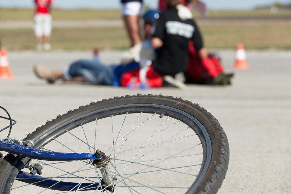 Radfahrer wird übersehen und gegen Auto geschleudert