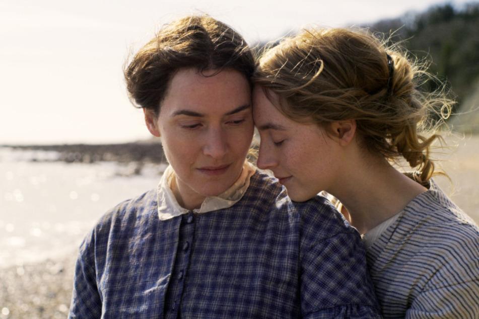 Mary Anning (Kate Winslet; l.) und Charlotte Murchison (Saoirse Ronan) entwickeln Gefühle füreinander.