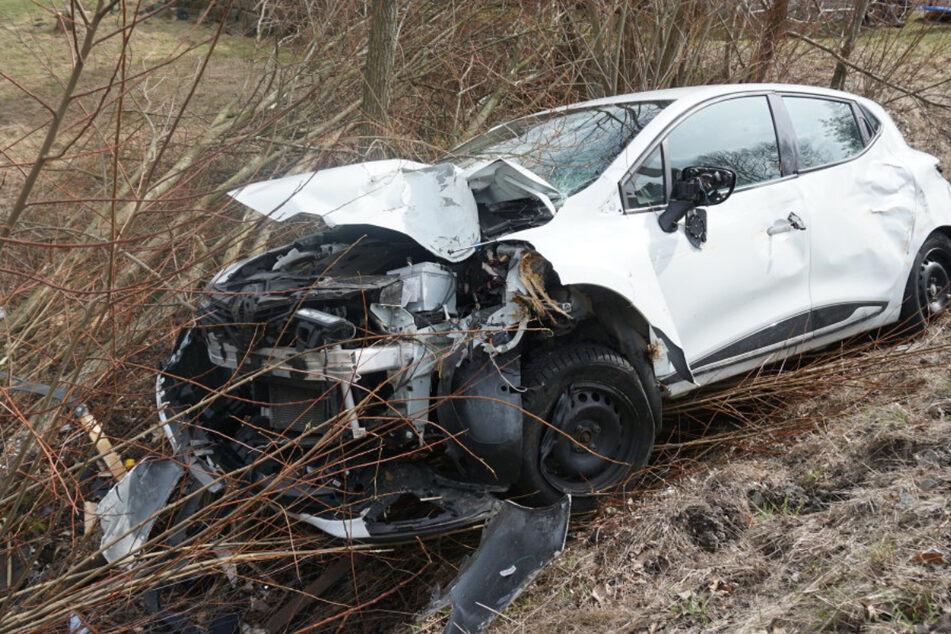 Renault Clio kommt von B96 ab und prallt gegen Baum
