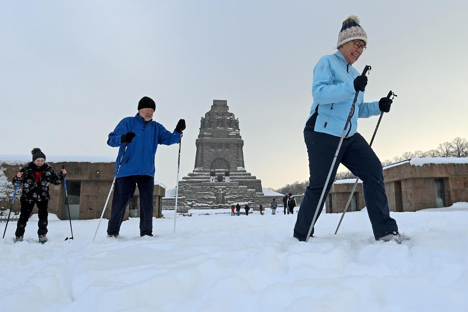 Ungewöhnlich: Wintersportler gleiten auf Langlaufski geht's am Leipziger Völkerschlachtdenkmal vorbei.