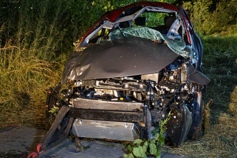 Auto kommt von Straße ab und überschlägt sich: 28-Jähriger schwer verletzt