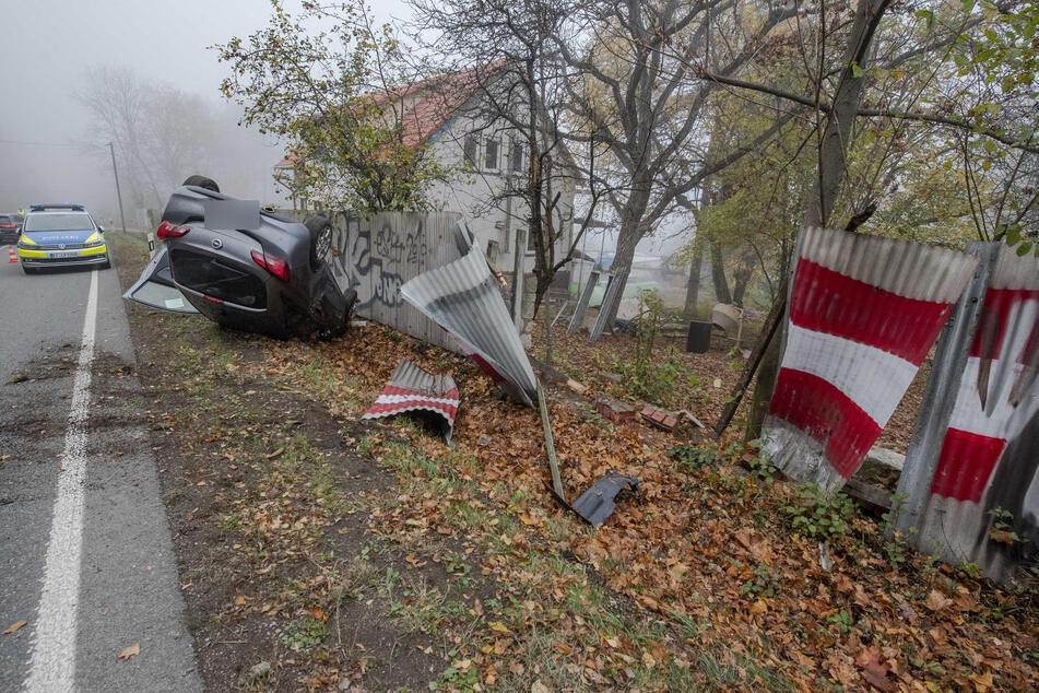 Das Auto überschlug sich und kam an einem Zaun auf dem Dach zum Liegen.