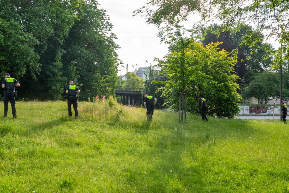 Auch in den Grünflächen um die Lobardsbrücke suchten Polizisten nach Spuren der Tat.