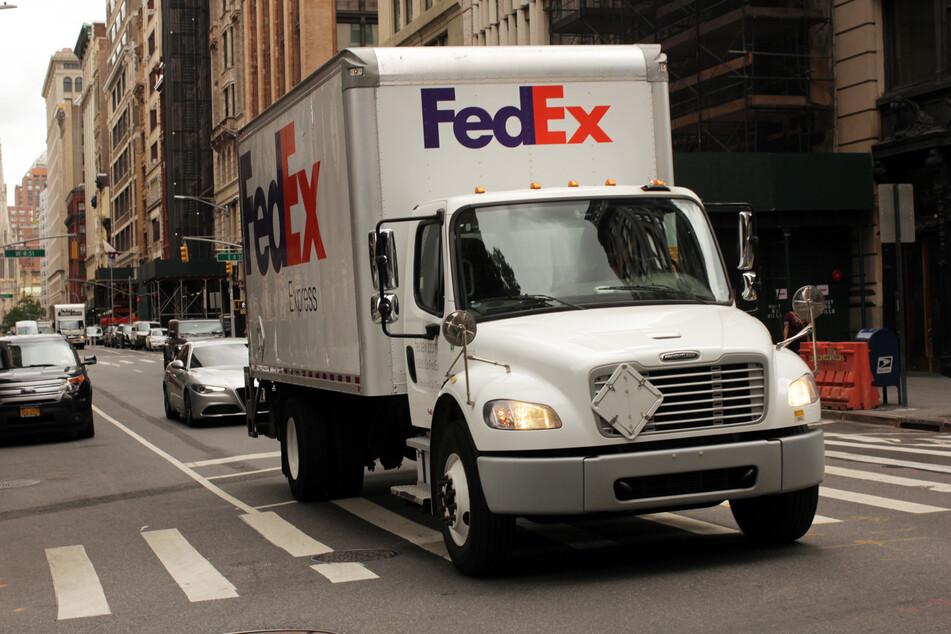 Ein Auto des US-amerikanischen Paketdienstleisters Fedex fährt durch New York City.