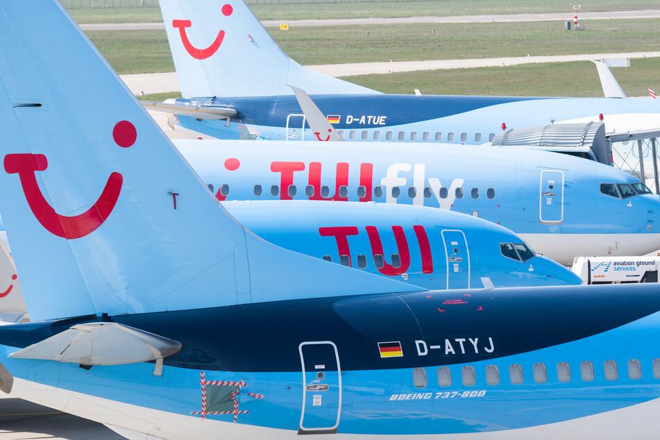 Flugzeuge von Tui parken am Flughafen Hannover.