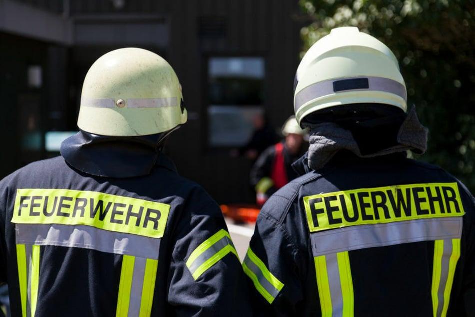 Die Feuerwehr eilte zum Brandort und begann unverzüglich mit dem Löschen. Das Haus konnten sie jedoch nicht mehr retten. (Symbolfoto)