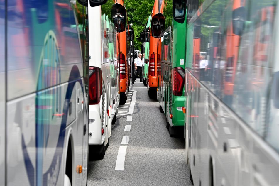 Kiel: Reisebusse stehen vor dem Landeshaus. Mit einem Korso von Reisebussen waren Busfahrer und Busunternehmer in einer Sternfahrt nach Kiel gekommen, um ihren Forderungen nach Unterstützung in der Corona-Krise Nachdruck zu verleihen.