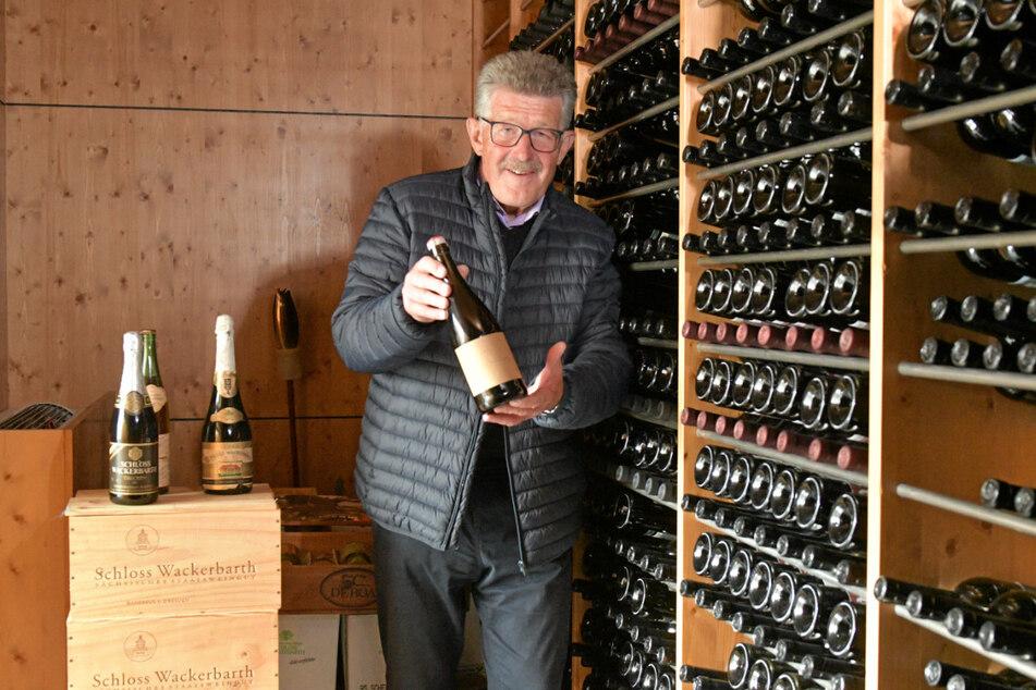 Seit seiner Lehre 1969 blieb Konrad Scheerbaum (67) dem Weingut Schloss Wackerbarth treu. Im abgeschlossenen Archiv zeigt er den Flaschenfund.