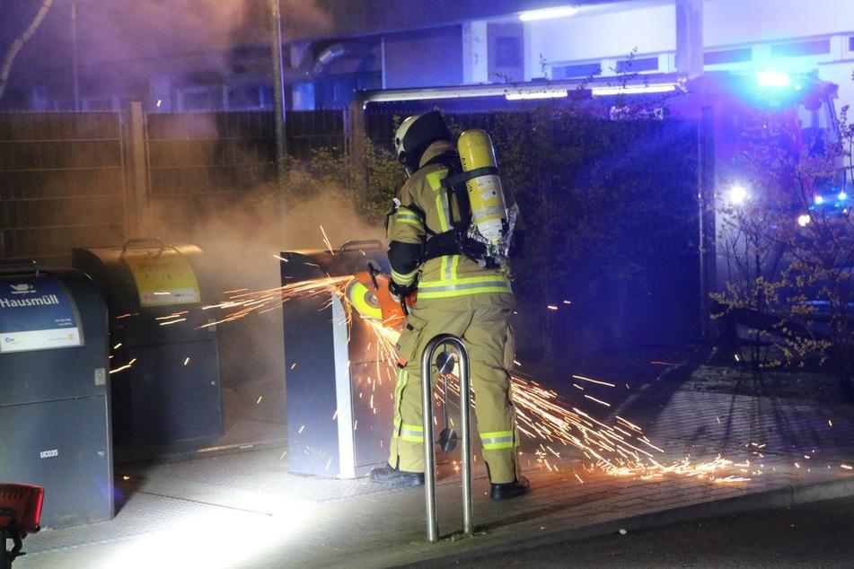Kurioser Container-Brand: Feuerwehr muss sägen, anstatt löschen