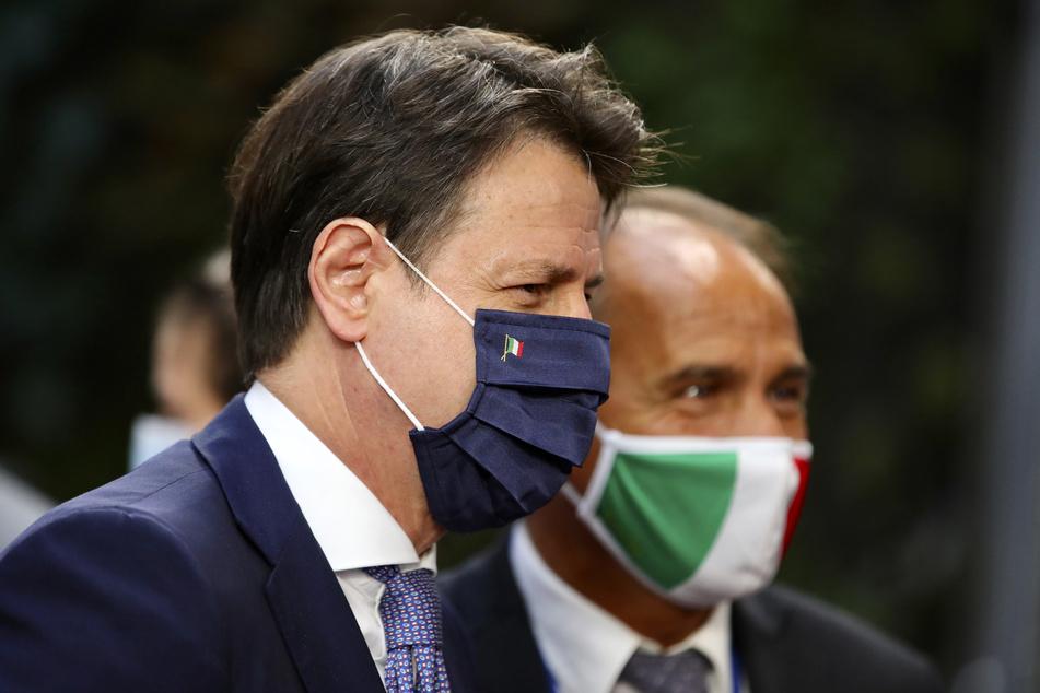Italiens Ministerpräsident Giuseppe Conte (l) trifft am zweiten Tag des EU-Gipfels im Gebäude des Europäischen Rates ein.