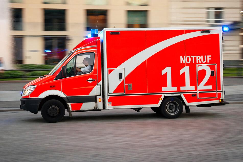 Die Besatzung eines Rettungswagens stoppte einen betrunkenen Autofahrer. (Symbolbild)