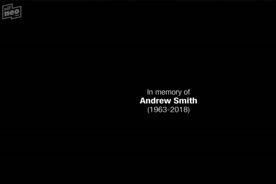 """Der tragische Tod von Stephen Russell Davies (Andrew Smith) überschattete die Dreharbeiten. Der 1963 geborene Autor und Produzent (""""Queer as Folk"""", """"Doctor Who"""" und """"Torchwood"""" verstarb während der Serien-Produktion infolge eines Hirntumors. Im Abspann wird seiner gedacht."""