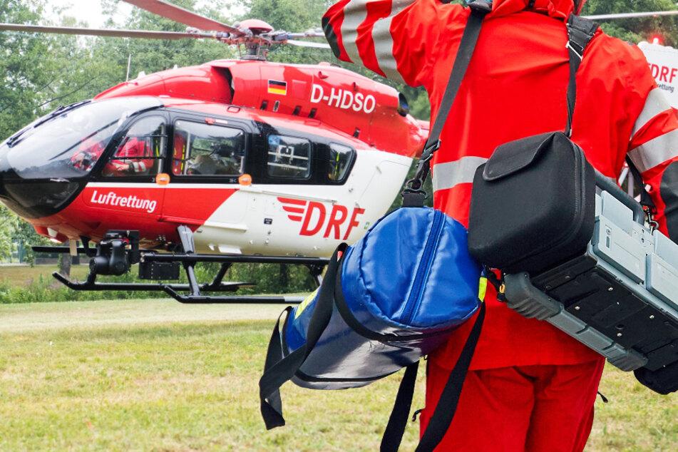 Ein Rettungshubschrauber brachte den schwer verletzten 46-Jährigen in eine Klinik. (Symbolbild)