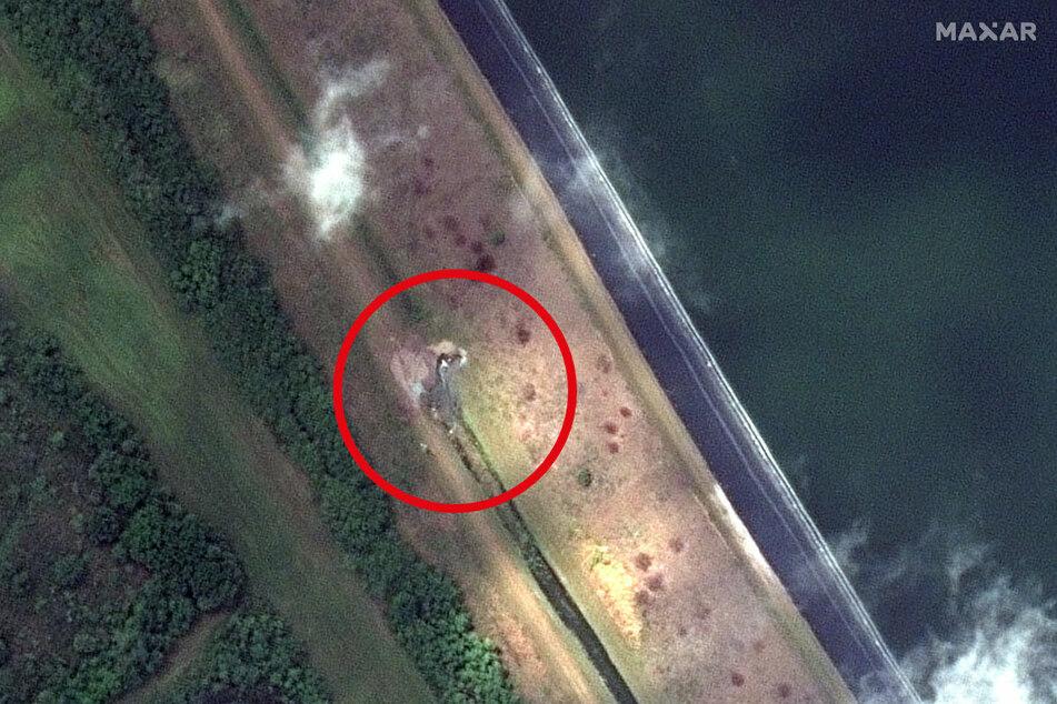Das Satellitenbild vom 05.04.2021 zeigt ein Leck an einem Rückhaltebecken am 77 Hektar großen Piney Point Reservoir.