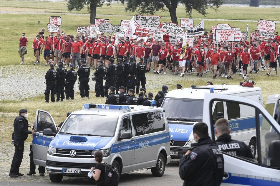 Auch Fans des 1. FC Köln begaben sich unter der Beobachtung der Polizei zum Aufstellort für die teilnehmenden Demonstranten.