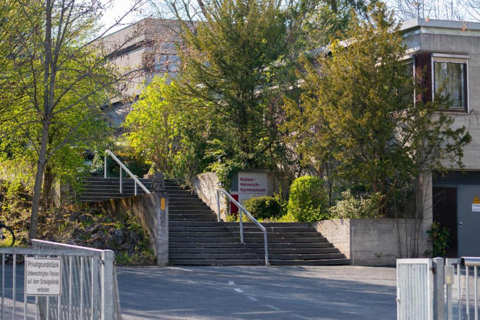 Blick auf den Eingangsbereich des Bamberger Gymnasiums. Drei ehemalige Schüler sollen im Mai 2019 die Abituraufgaben aus einem Tresor geklaut haben.
