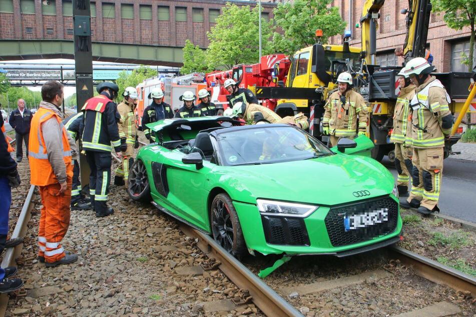 Rüstet die BVG etwa auf? Sportwagen auf Straßenbahn-Schienen