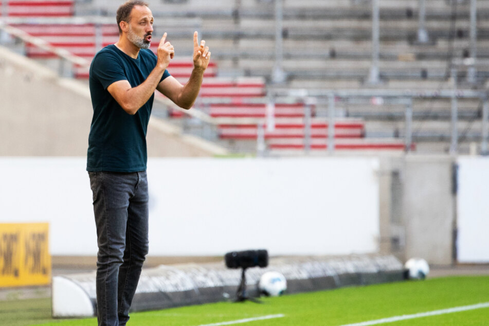 Gewohntes Bild: VfB-Trainer Pellegrino Matarazzo (42) dirigiert seine Schützlinge von der Seitenlinie aus.