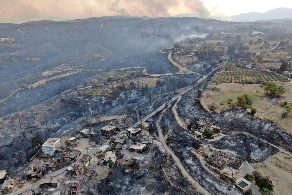 Eine Luftaufnahme zeigt zerstörte Häuser im Dorf Manavgat nach einem Waldbrand.